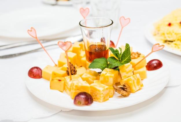 접시에 모듬된 치즈