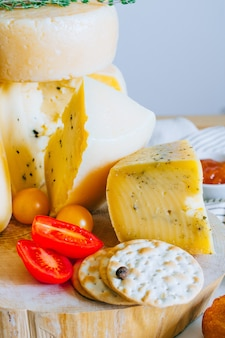 Assorted cheeses cachotta with jam, tomatoes and crackers