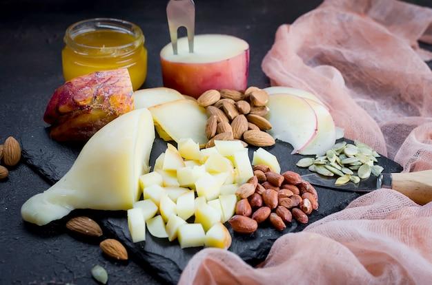 さまざまな形やサイズのチーズの盛り合わせ