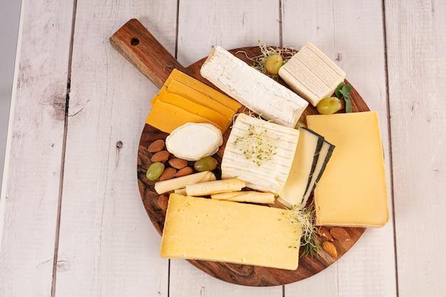 Ассорти сыров на доске
