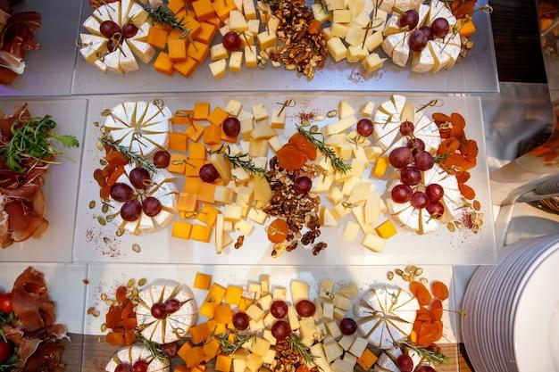 イベントケータリングのプレート上の各種チーズ。