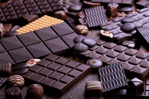 Ассорти шоколадных батончиков и конфет, вкусные десертные блюда. сладкий шоколад фон