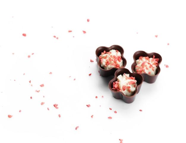 흰색으로 격리된 여러 초콜릿 사탕