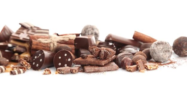 分離されたチョコレート菓子の盛り合わせ