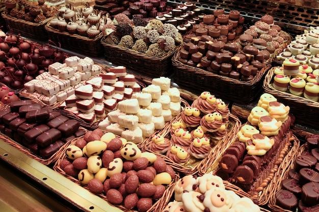 다양한 종류의 캔디가있는 모듬 초콜릿 캔디 숍 프리미엄 사진