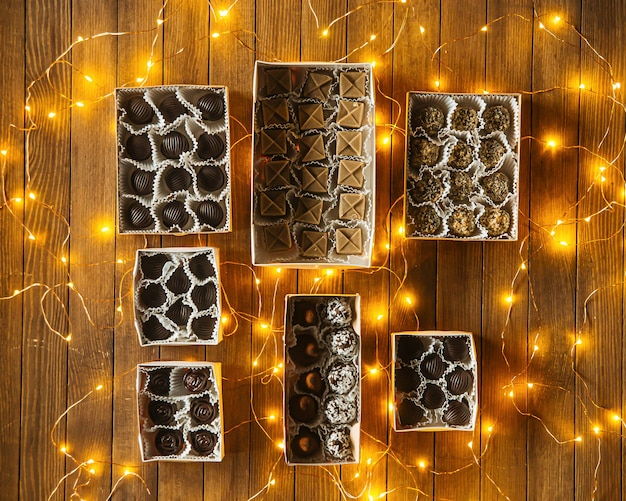 화환이 있는 나무 테이블에 모듬된 초콜릿