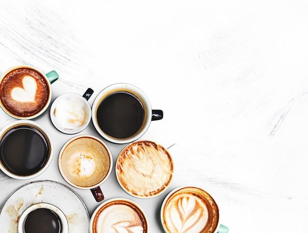 Tazze di caffè assortite su una trama