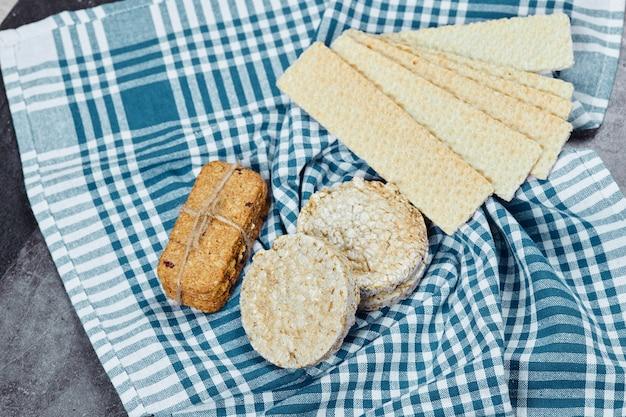 Cracker assortiti su uno sfondo di marmo con una tovaglia. foto di alta qualità