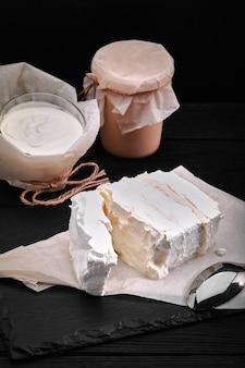 모듬 유제품 우유, 요구르트, 코티지 치즈, 사워 크림 소박한 정물 농부의 젖소 유제품. 프리미엄 사진