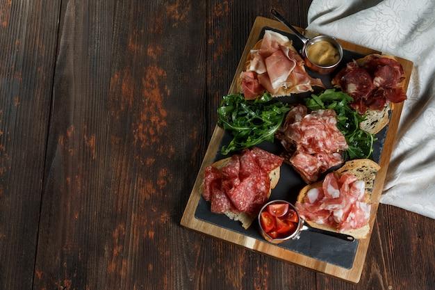 Ассорти гастроном мясо на тарелке.