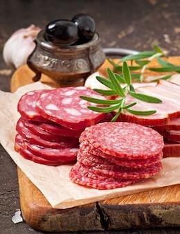 Ассорти мясных деликатесов, розмарин и перец