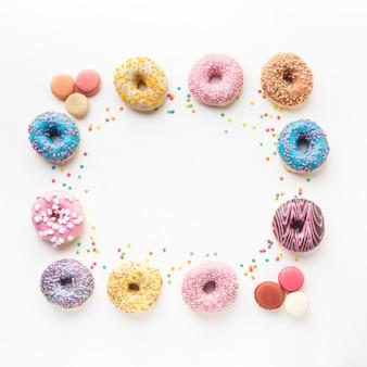 Ассорти вкусные пончики копией пространства