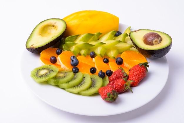 Ассорти из вкусных фруктов, подаваемых на тарелке, изолированные