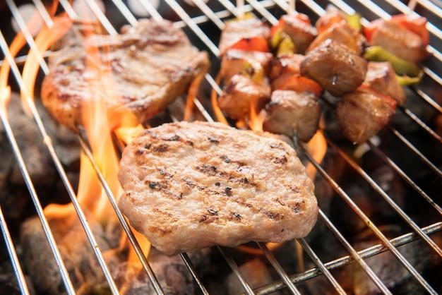 バーベキューで炭火で焼いた美味しい肉の盛り合わせ。