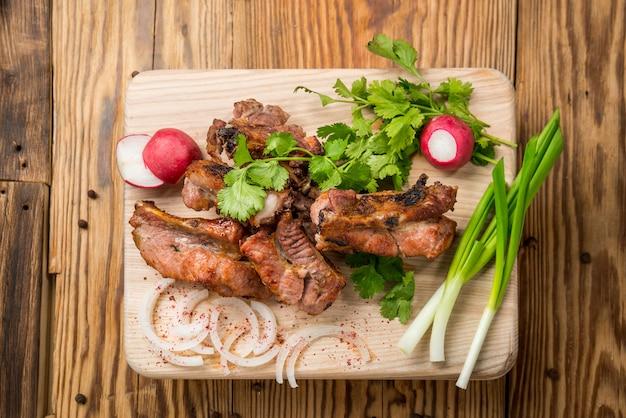 白い皿に野菜とおいしい焼き肉盛り合わせ