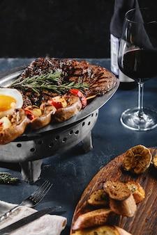 美味しい焼き肉と野菜の盛り合わせ。