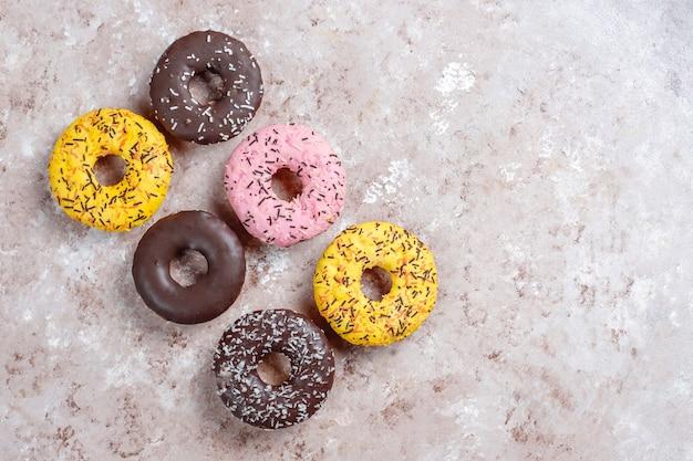 チョコレートのつや消し、ピンクの艶出し、振りかけるデザートの盛り合わせ。