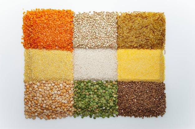 흰색 표면에 여러 다른 곡물
