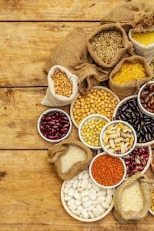 다양한 종류의 콩 및 곡물 곡물