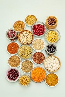 さまざまな種類の豆と穀物の盛り合わせ