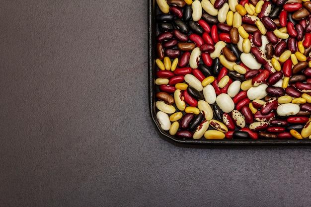 베이킹 시트에 다양한 종류의 콩 모듬