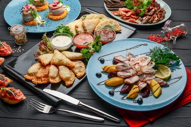 テーブルの上の盛り合わせ料理と軽食