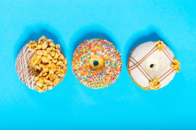 青い背景の各種ドーナツ