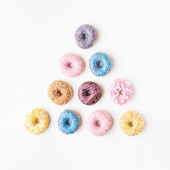 Ассорти пончики на простом фоне