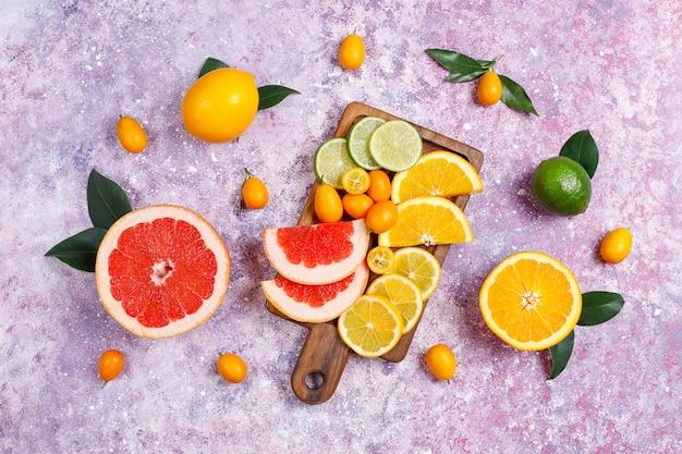 新鮮な柑橘系の果物、レモン、オレンジ、ライム、グレープフルーツ、キンカンの盛り合わせ。