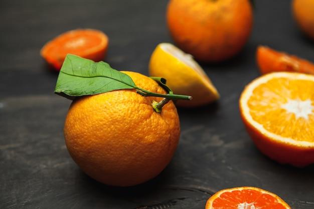 各種フレッシュシトラスフルーツ、レモン、オレンジ、マンダリン、フレッシュでカラフル、トップビュー