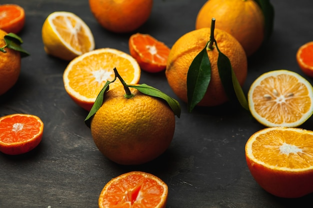 フレッシュシトラスフルーツ、レモン、オレンジ、マンダリン、フレッシュでカラフルな盛り合わせ