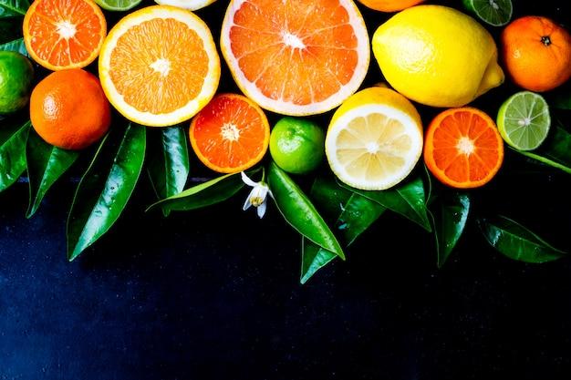 葉と新鮮な柑橘系フルーツの盛り合わせ
