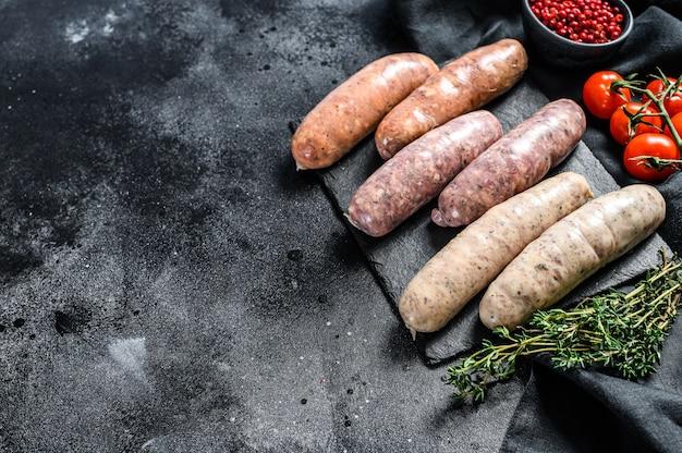 Ассорти из свежей сырой свинины, говядины и куриных сосисок со специями.