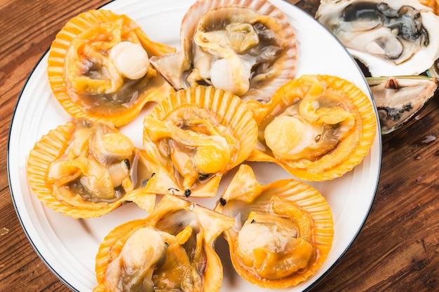 ムール貝とカキの新鮮な盛り合わせ