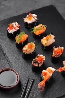 Ассорти свежих суши гункан маки с морепродуктами