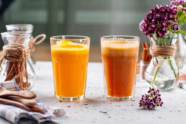 Ассорти из стаканов свежего фруктового сока на светлом фоне
