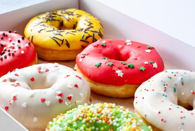 모듬 된 유약 된 달콤한 도넛 근접 촬영
