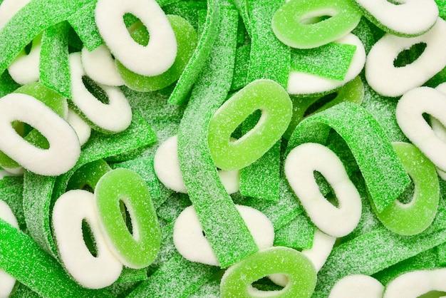 緑のグミキャンディーの盛り合わせ。