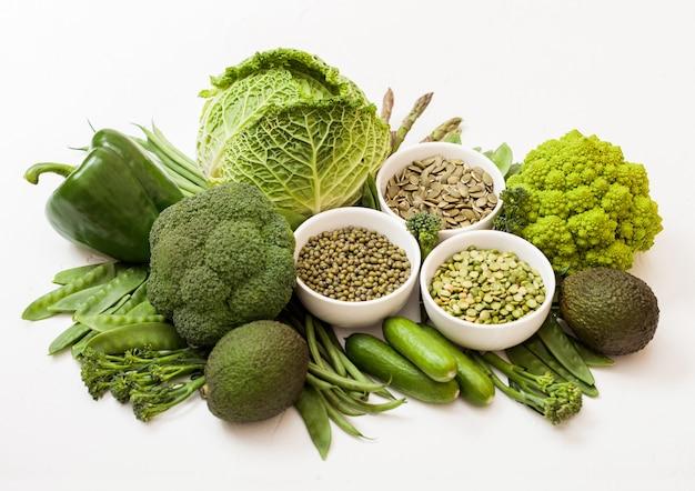 白い表面にグリーントーンの生有機野菜の盛り合わせ
