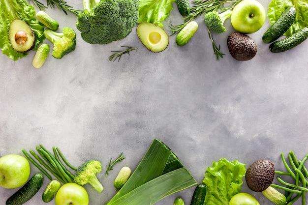 Ассорти из зеленых овощей для салата или смузи