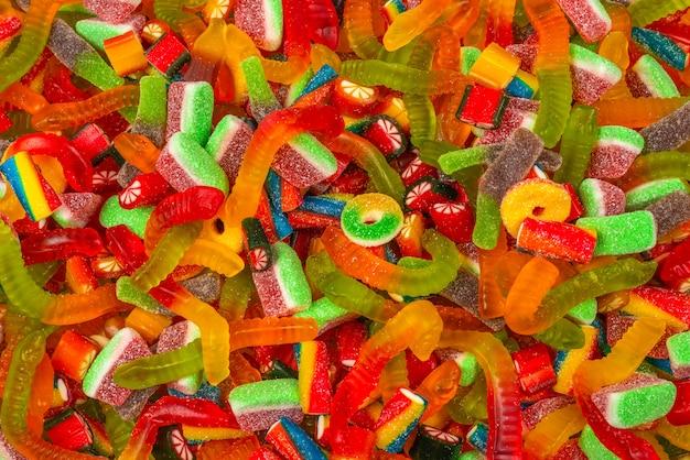 各種グミキャンディ。上面図。ゼリー菓子の背景。