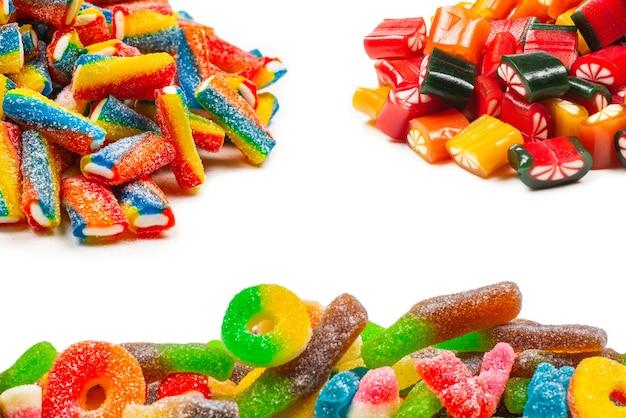 Ассорти мармеладных конфет. вид сверху. желейные конфеты. изолированные на белом.