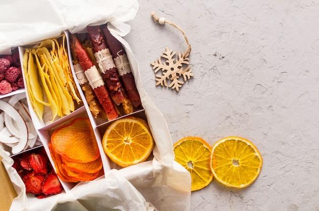 상자에 모듬된 수제 유기농 건조 칩 크리스마스 휴가를 위한 케어 패키지 준비