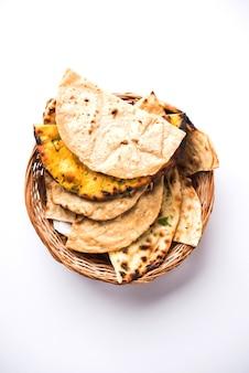Ассорти из индийской корзины для хлеба включает чапати, тандури роти или наан, паратха, кульча, фулку, мисси роти.