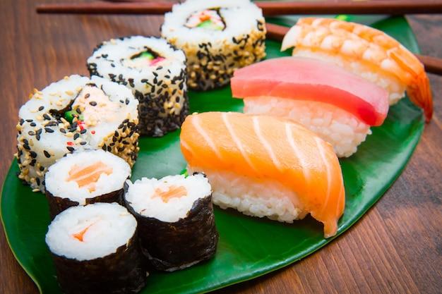 모듬 된 일본 스시 음식. 먹을 수있는 메뉴. 연어, 참치, 새우 마키와 롤