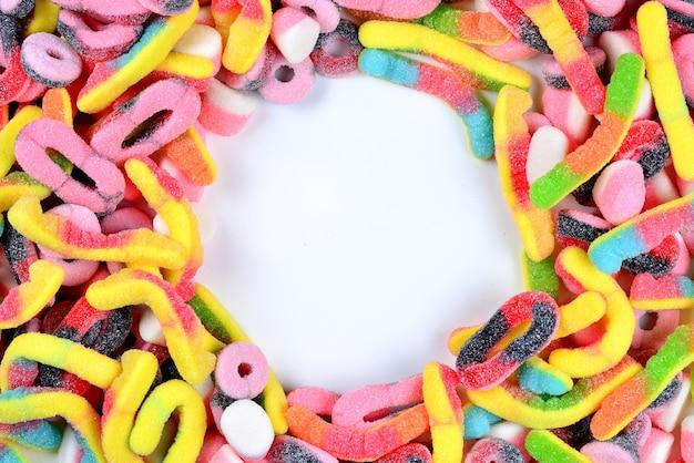 모듬 육즙 다채로운 거미 사탕. 평면도. 사탕 배경입니다.