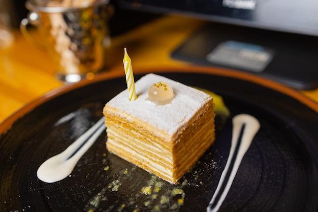 초콜릿, 라즈베리, 딸기, 견과류, 블루베리 등 다양한 케이크의 모듬된 큰 조각. 검은 테이블에 케이크 조각입니다.