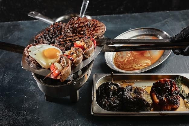 요리 후 모듬 고기가 접시에 놓여 있습니다. 고기 요리를 제공하기 위해 설정합니다. 위에서 볼.
