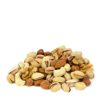 白い背景に分離されたミックスナッツの盛り合わせ