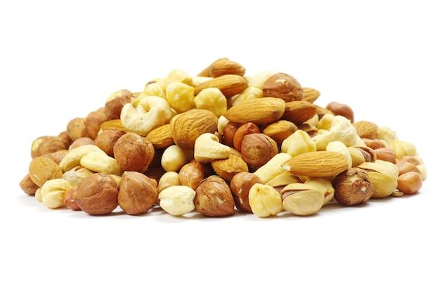 白い背景にミックスナッツの盛り合わせ